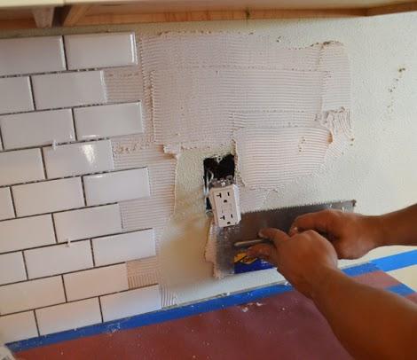 نحوه چسباندن کاشی روی دیوار آشپزخانه